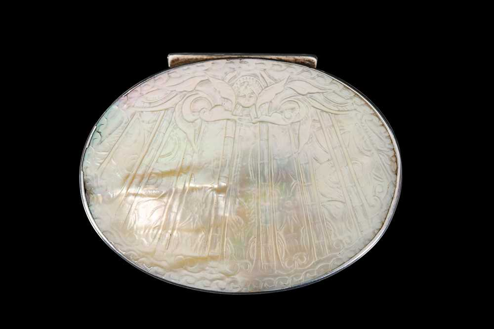 A LATE 17TH / EARLY 18TH CENTURY SILVER AND MOTHER OF PEARL SNUFF BOX