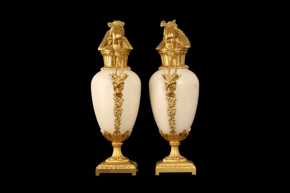 A FINE PAIR OF 19TH CENTURY FRENCH CARRARA MARBLE AND ORMOLU EWERS - Image 4 of 10