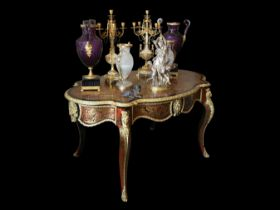 A FINE 19TH CENTURY FRENCH CUT BRASS AND TORTOISESHELL INLAID BOULLE STYLE TABLE