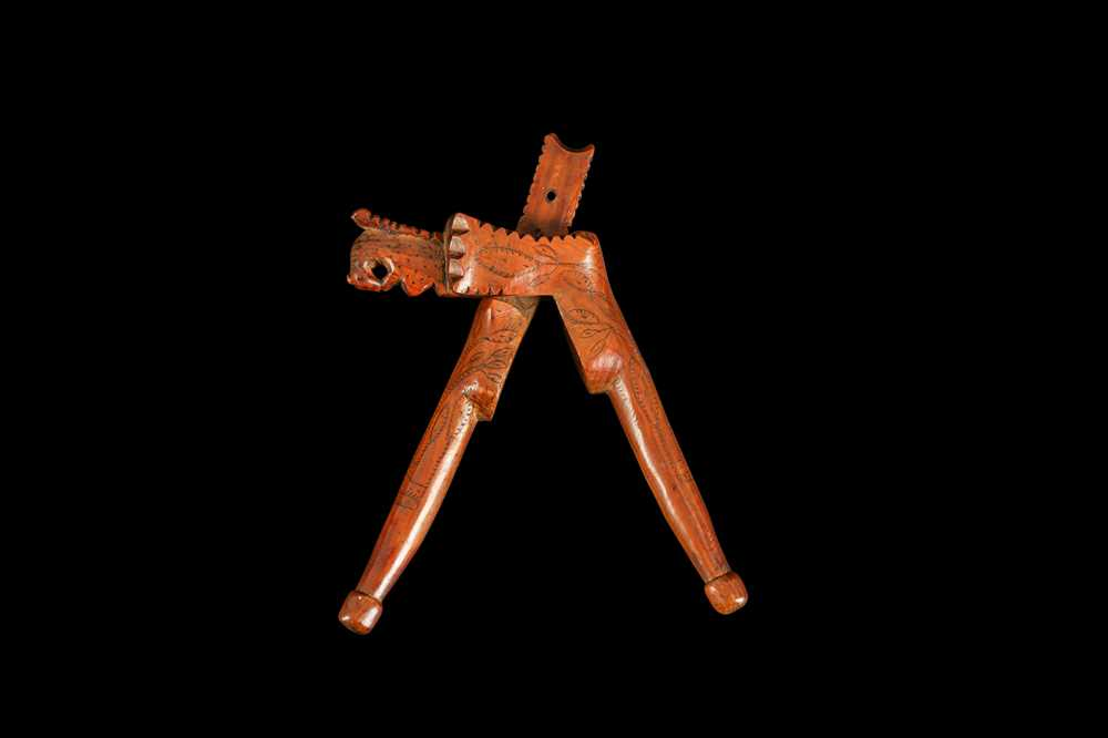 AN EARLY 18TH CENTURY ENGLISH QUEEN ANNE PERIOD YEW WOOD NUTCRACKER - Image 4 of 5