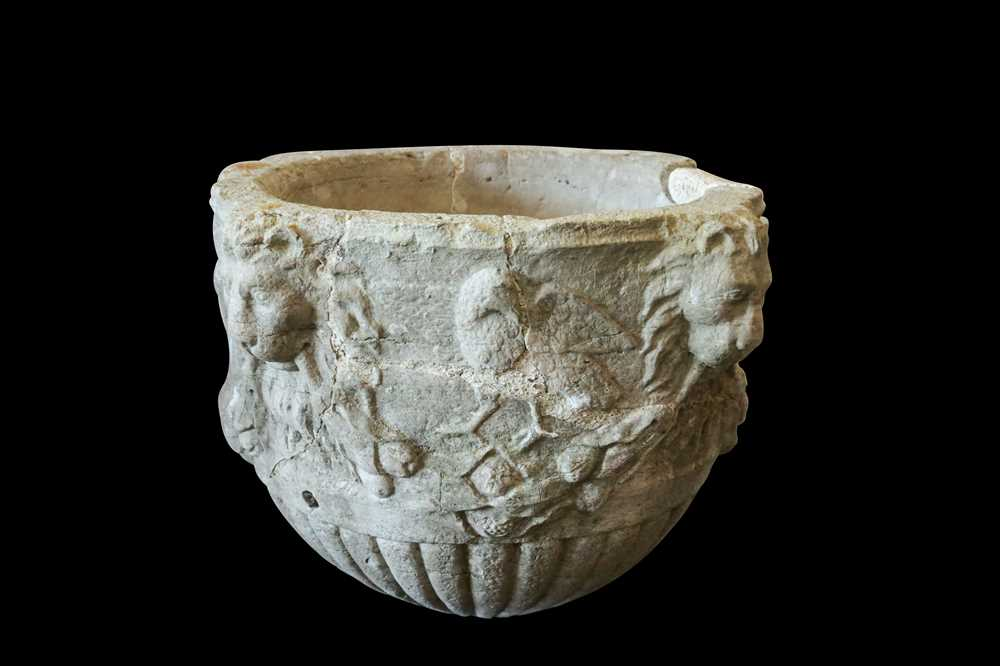 A 15TH / 16TH CENTURY ITALIAN CARVED MARBLE VESSEL DECORATED WITH LION MASKS AND BIRDS - Image 7 of 10