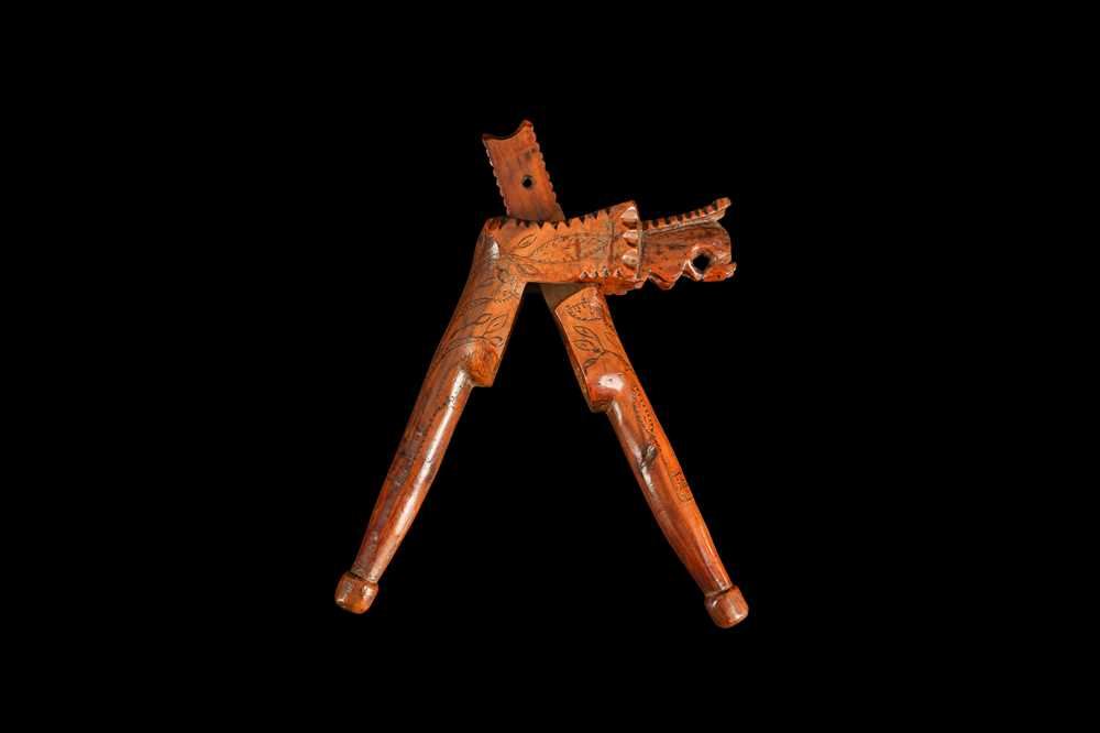 AN EARLY 18TH CENTURY ENGLISH QUEEN ANNE PERIOD YEW WOOD NUTCRACKER - Image 2 of 5