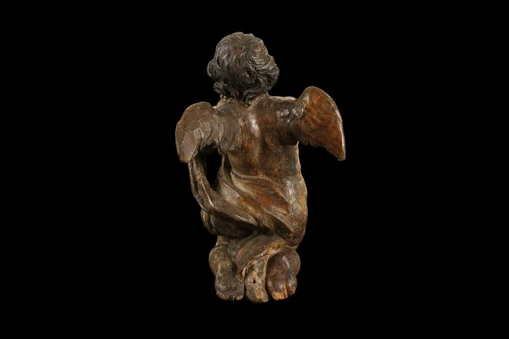AN EARLY 17TH CENTURY SOUTH GERMAN POLYCHROME DECORATED AND CARVED WOOD FIGURE OF A CHERUB - Image 2 of 7