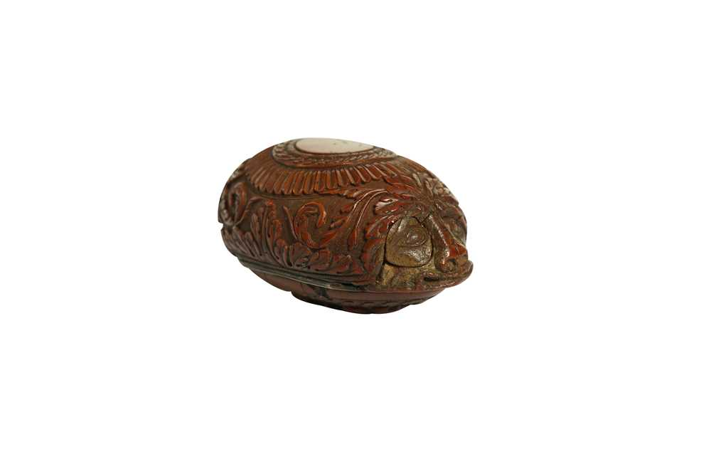 A RARE 18TH CENTURY COQUILLA NUT SNUFF BOX CARVED WITH A BEAST - Image 5 of 14