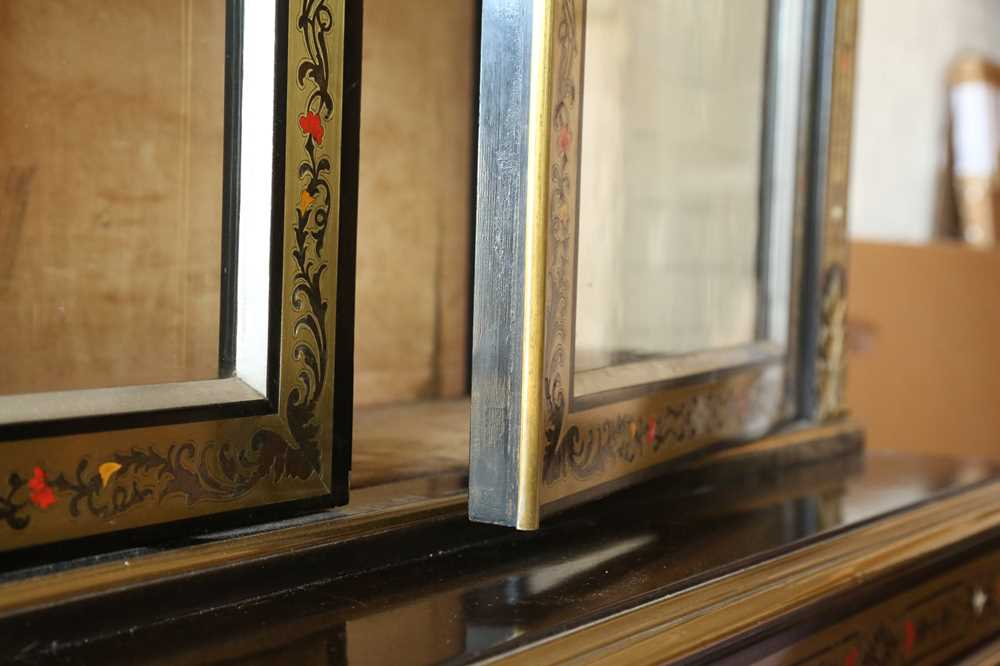 A FINE 19TH CENTURY FRENCH EBONISED BOOKCASE INLAID WITH IVORY, PEWTER AND STAINED TORTOISESHELL NAP - Image 5 of 7