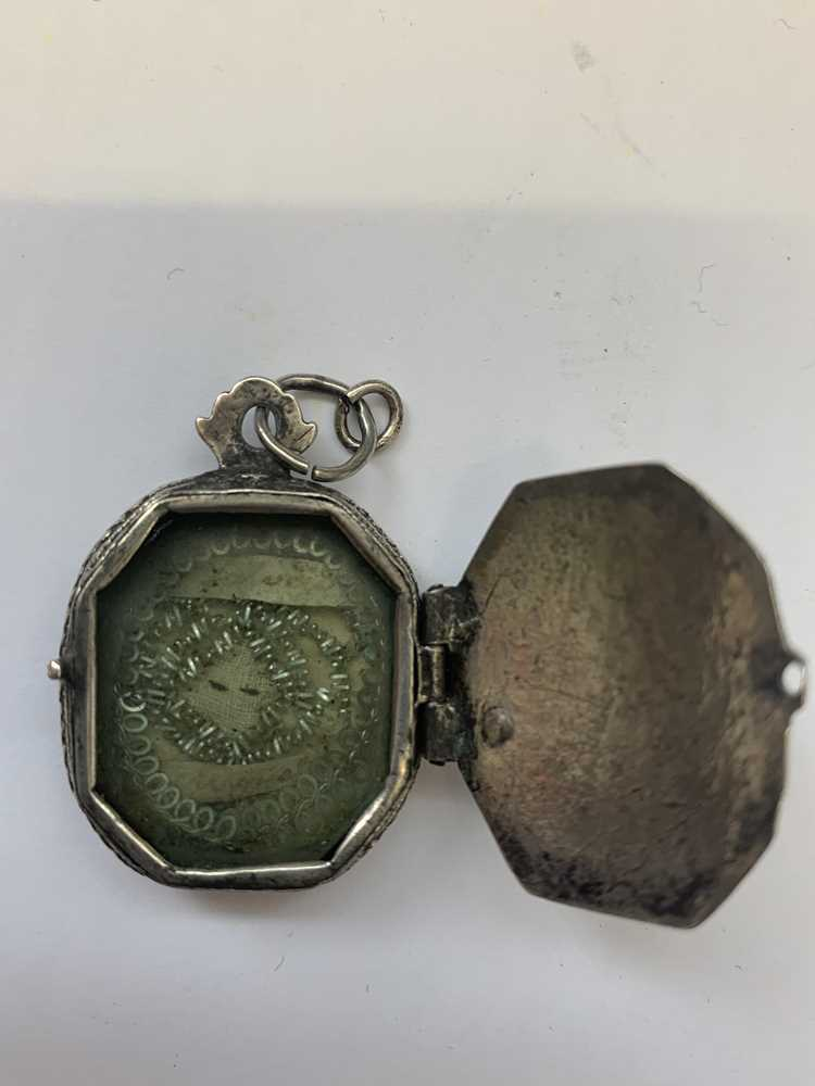 AN 18TH CENTURY SPANISH SILVER SACRED HEART RELIQUARY LOCKET - Image 4 of 5