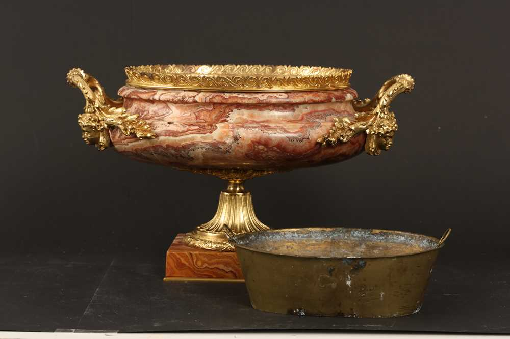 AN EARLY 20TH CENTURY HARD STONE AND ORMOLU MOUNTED JARDINIERE - Image 7 of 12