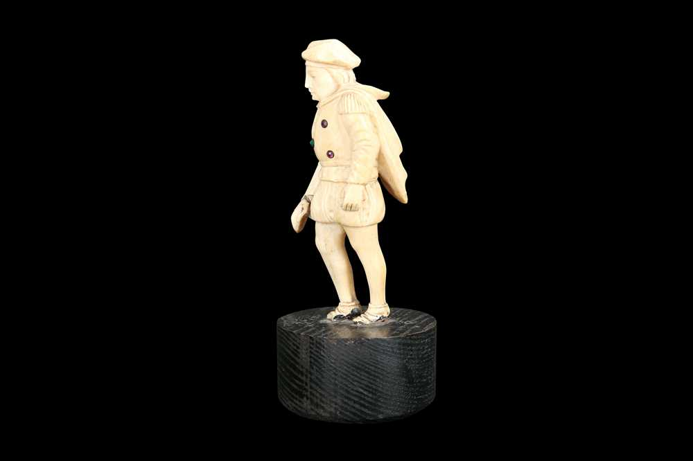 A LATE 18TH / EARLY 19TH CENTURY GERMAN IVORY FIGURE OF A RENAISSANCE MAN - Image 8 of 9