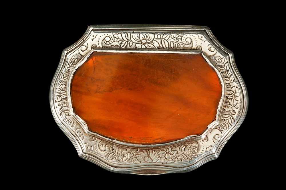 AN 18TH CENTURY SILVER AND TORTOISESHELL SNUFF BOX - Image 2 of 2