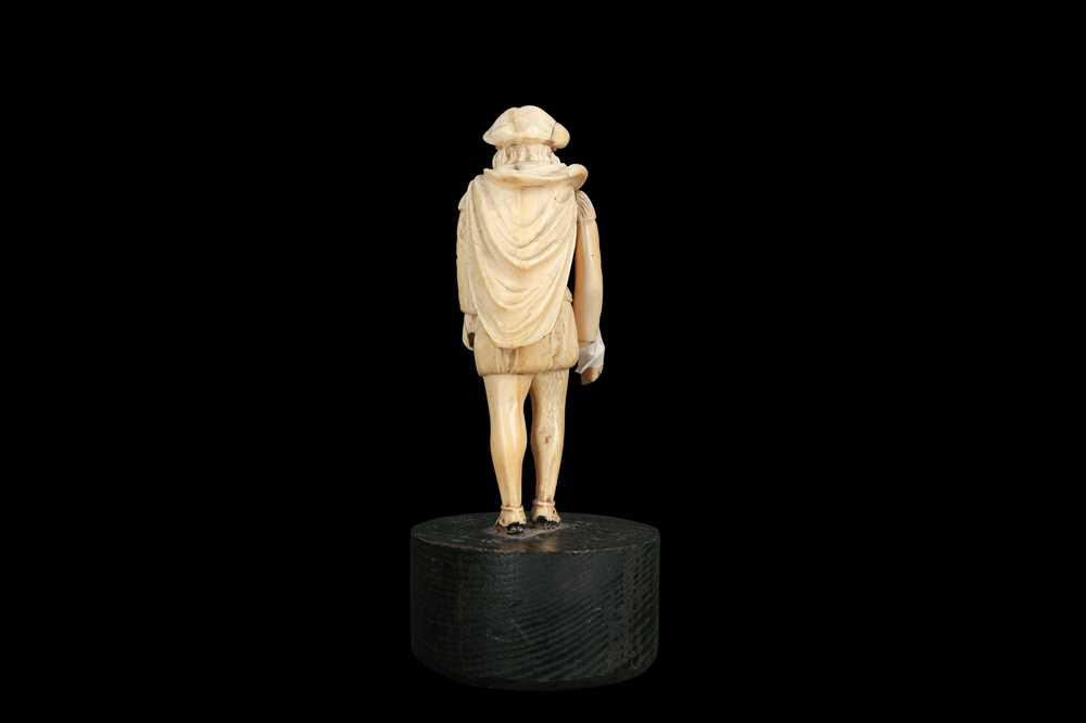 A LATE 18TH / EARLY 19TH CENTURY GERMAN IVORY FIGURE OF A RENAISSANCE MAN - Image 2 of 9