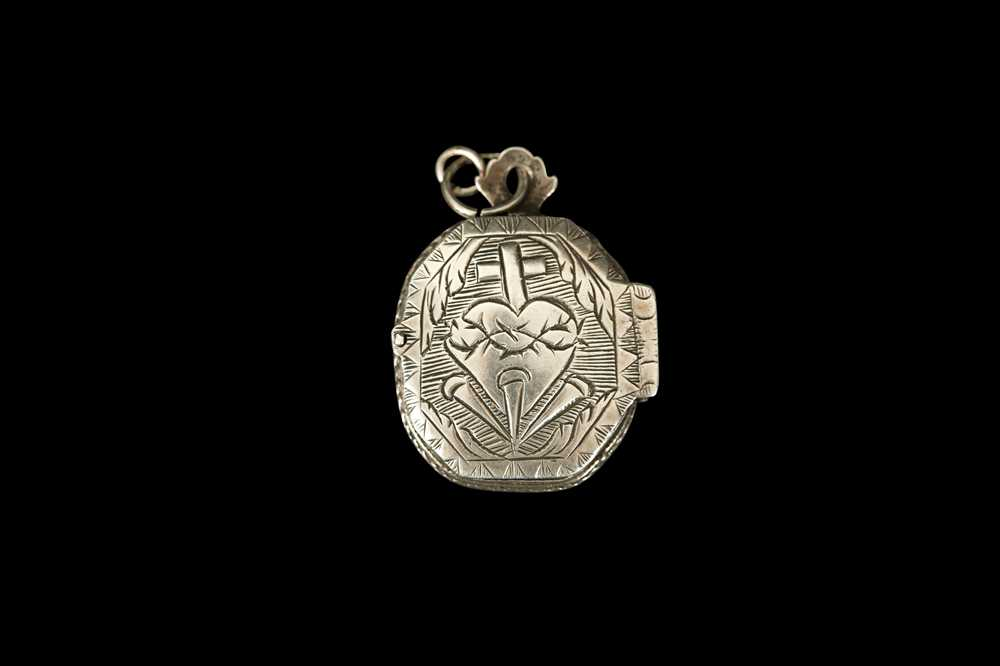 AN 18TH CENTURY SPANISH SILVER SACRED HEART RELIQUARY LOCKET