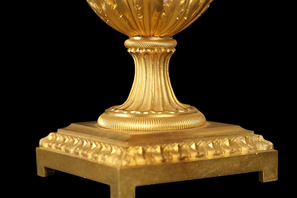 A FINE PAIR OF 19TH CENTURY FRENCH CARRARA MARBLE AND ORMOLU EWERS - Image 7 of 10