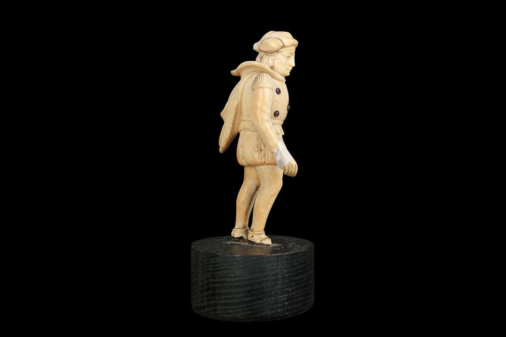 A LATE 18TH / EARLY 19TH CENTURY GERMAN IVORY FIGURE OF A RENAISSANCE MAN - Image 7 of 9