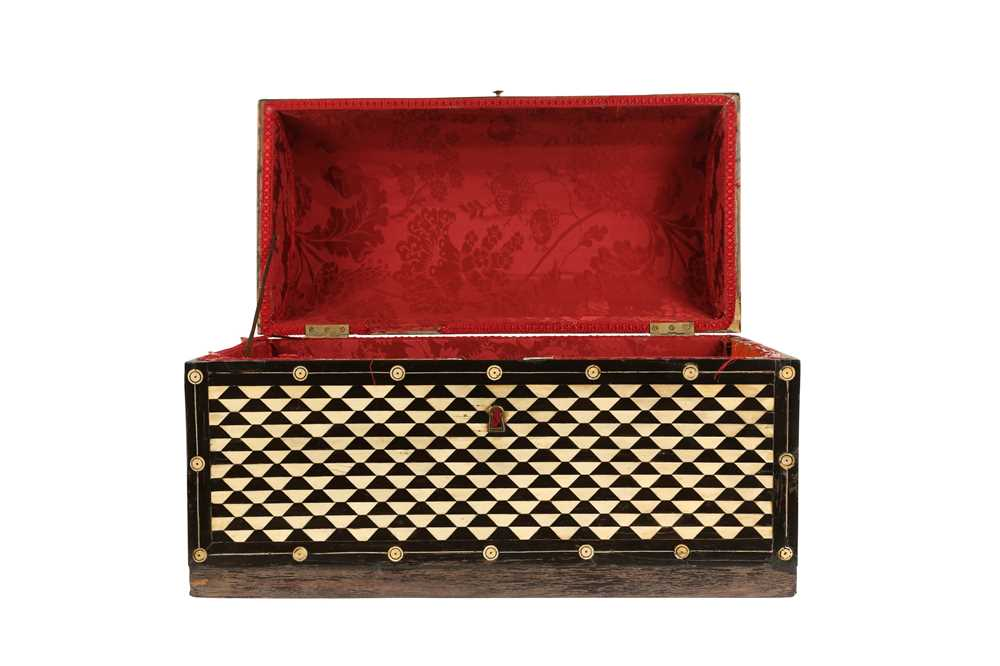 AN 18TH / 19TH CENTURY EBONY VENEERED AND BONE INLAID PARQUETRY ITALIAN CASKET (LOMBARDY) - Image 6 of 7