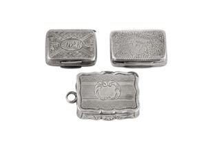 A mixed group including a George IV sterling silver vinaigrette, Birmingham 1820 by Lawrence and Co