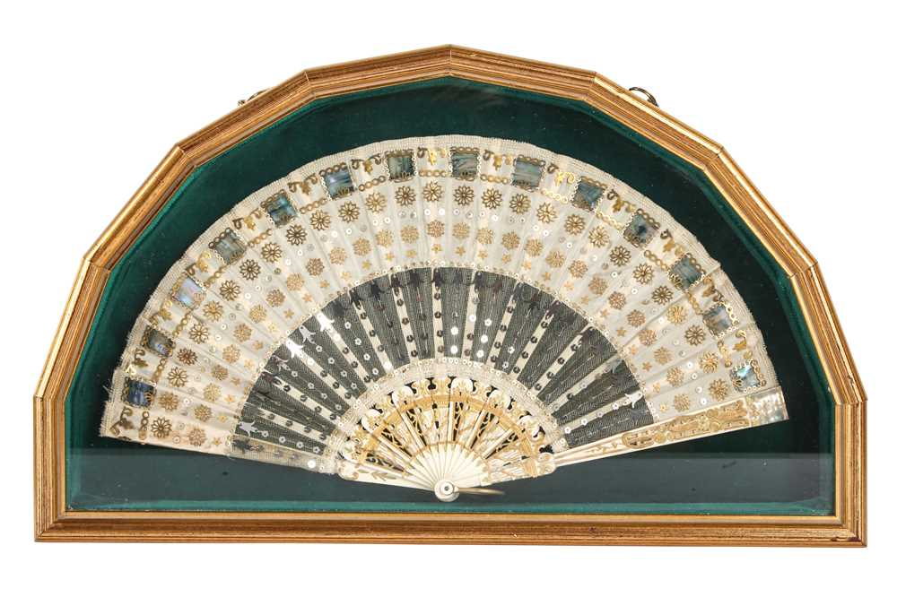 AN EARLY 19TH CENTURY CARVED BONE AND GILT SPANGLED, CASED CHILD'S FAN