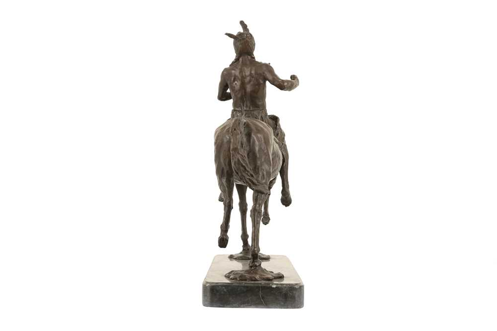 A BRONZE EQUESTRIAN MODEL OF A NATIVE AMERICAN INDIAN ON HORSEBACK - Image 4 of 5