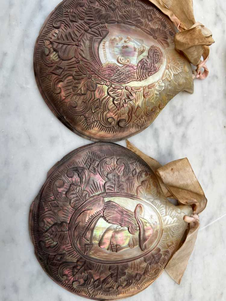 THREE PAIRS OF 19TH CENTURY SHELLS CARVED BY CONVICTS IN NEW CALEDONIA (NOUVELLE CALEDONIE) - Image 3 of 7