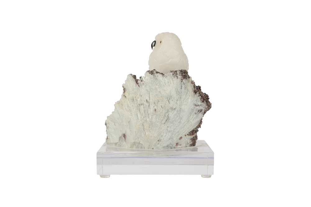 A 20TH CENTURY CARVED ROCK CRYSTAL MODEL OF A SNOWY OWL PERCHED ON A QUARTZ MATRIX - Image 3 of 6