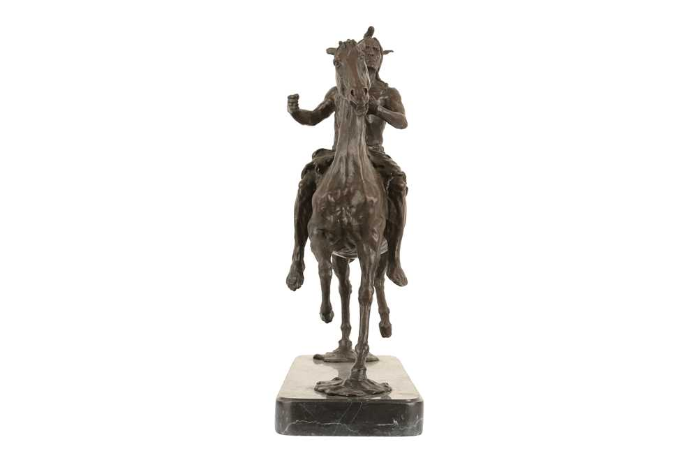 A BRONZE EQUESTRIAN MODEL OF A NATIVE AMERICAN INDIAN ON HORSEBACK - Image 5 of 5