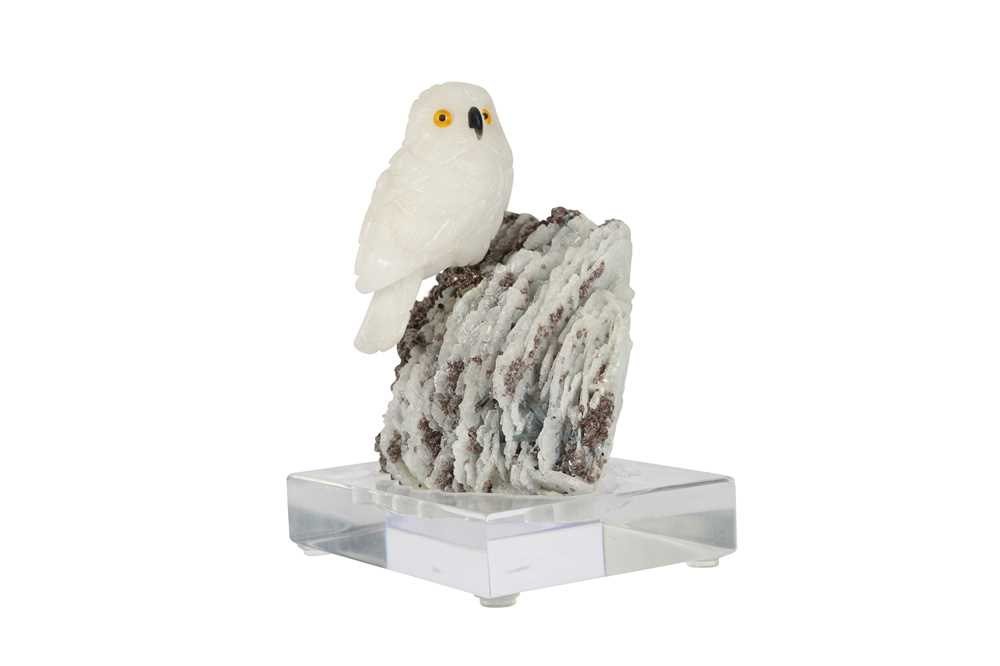 A 20TH CENTURY CARVED ROCK CRYSTAL MODEL OF A SNOWY OWL PERCHED ON A QUARTZ MATRIX - Image 4 of 6