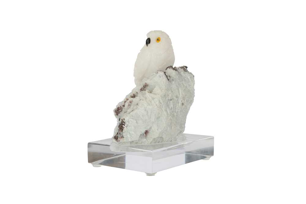 A 20TH CENTURY CARVED ROCK CRYSTAL MODEL OF A SNOWY OWL PERCHED ON A QUARTZ MATRIX - Image 5 of 6