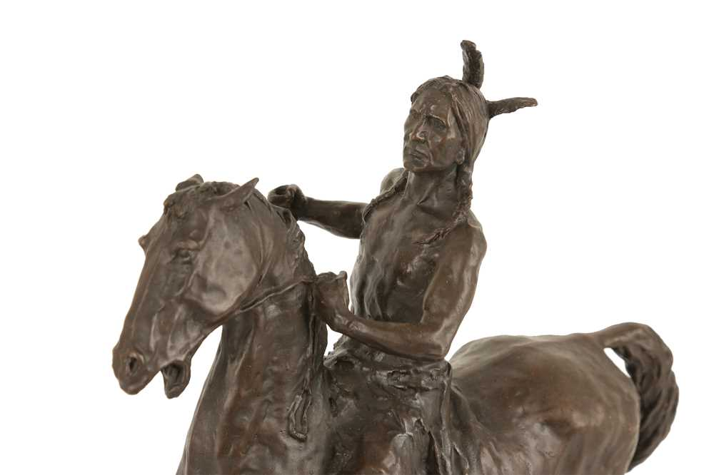 A BRONZE EQUESTRIAN MODEL OF A NATIVE AMERICAN INDIAN ON HORSEBACK - Image 3 of 5