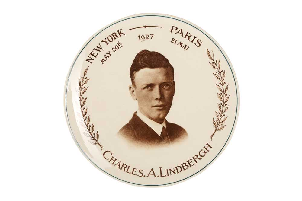 AVIATION INTEREST: A 1927 COMMERATIVE PLATE BEARING A PHOTOGRAPH FACSIMILIE OF CHARLES LINDBERG