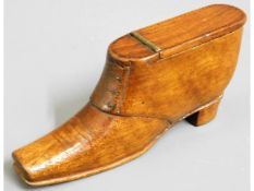 A 19thC. treen snuff box shoe