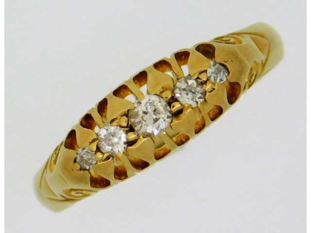 An antique 18ct gold ring set with approx. 0.2ct o