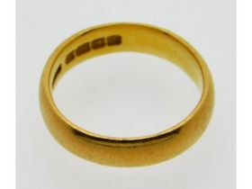 A late Victorian 1899 22ct gold wedding band, 5g,