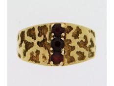 A 9ct gold garnet ring, 3.8g size O/P