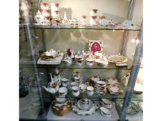 A large quantity of Royal Albert Country Roses por