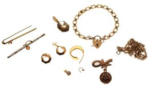 Assorted gold, yellow metal and unmarked jewellery to include rope-link chain, bar brooch, panel