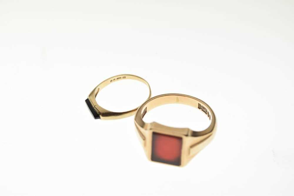 Two 9ct gold signet type rings - Image 5 of 5