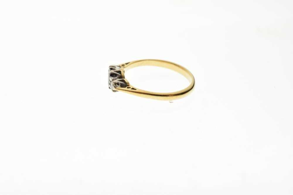 18ct gold three-stone ring - Image 3 of 6