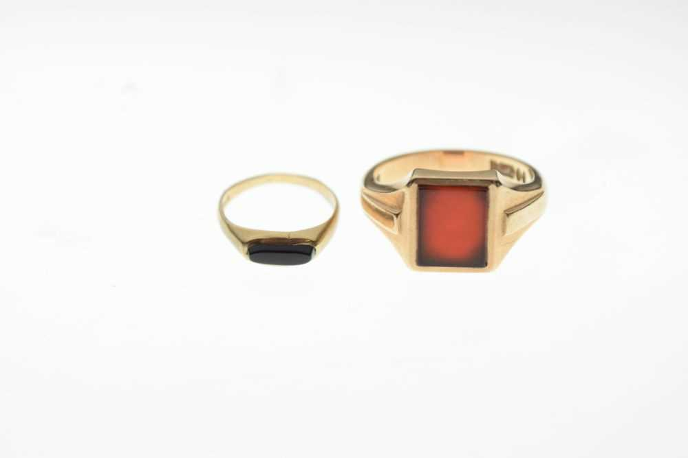 Two 9ct gold signet type rings - Image 2 of 5