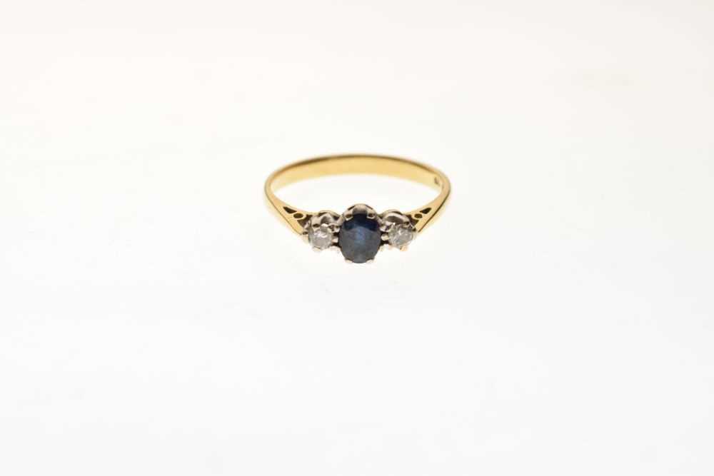18ct gold three-stone ring - Image 2 of 6