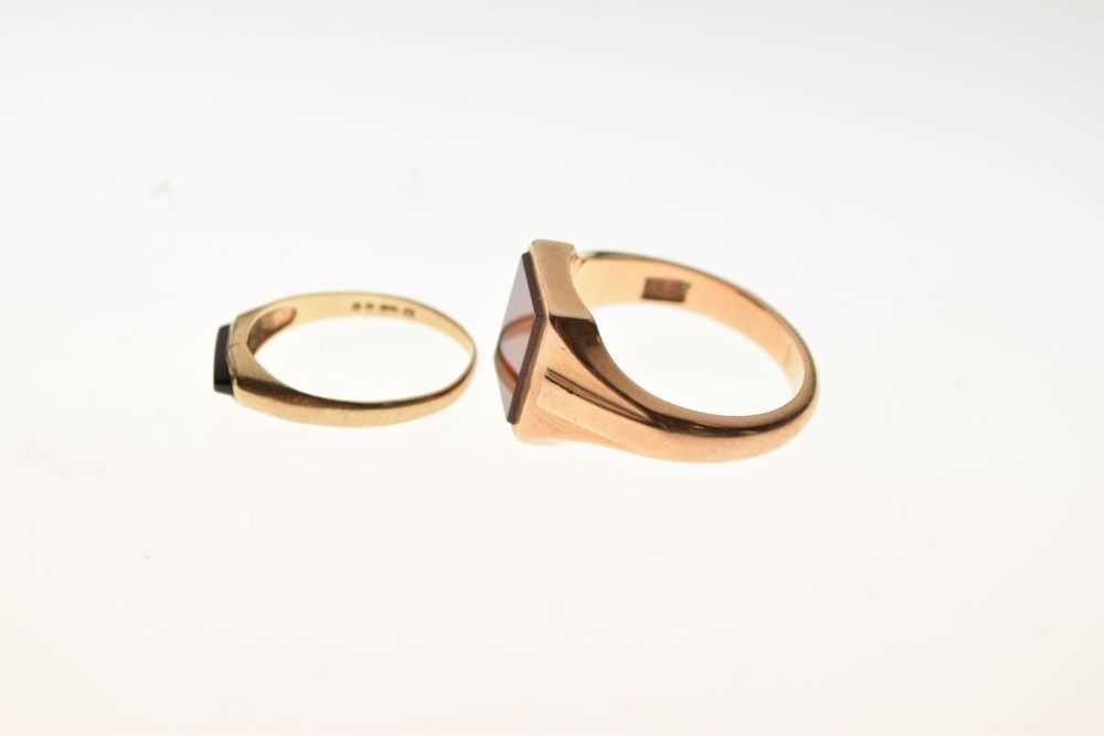 Two 9ct gold signet type rings - Image 3 of 5