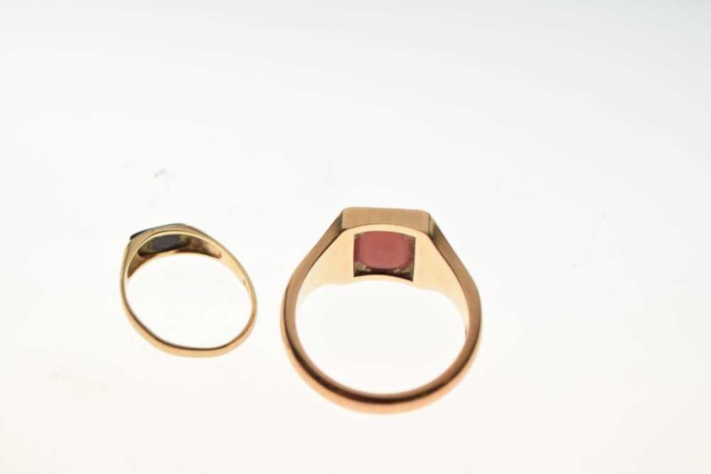 Two 9ct gold signet type rings - Image 4 of 5