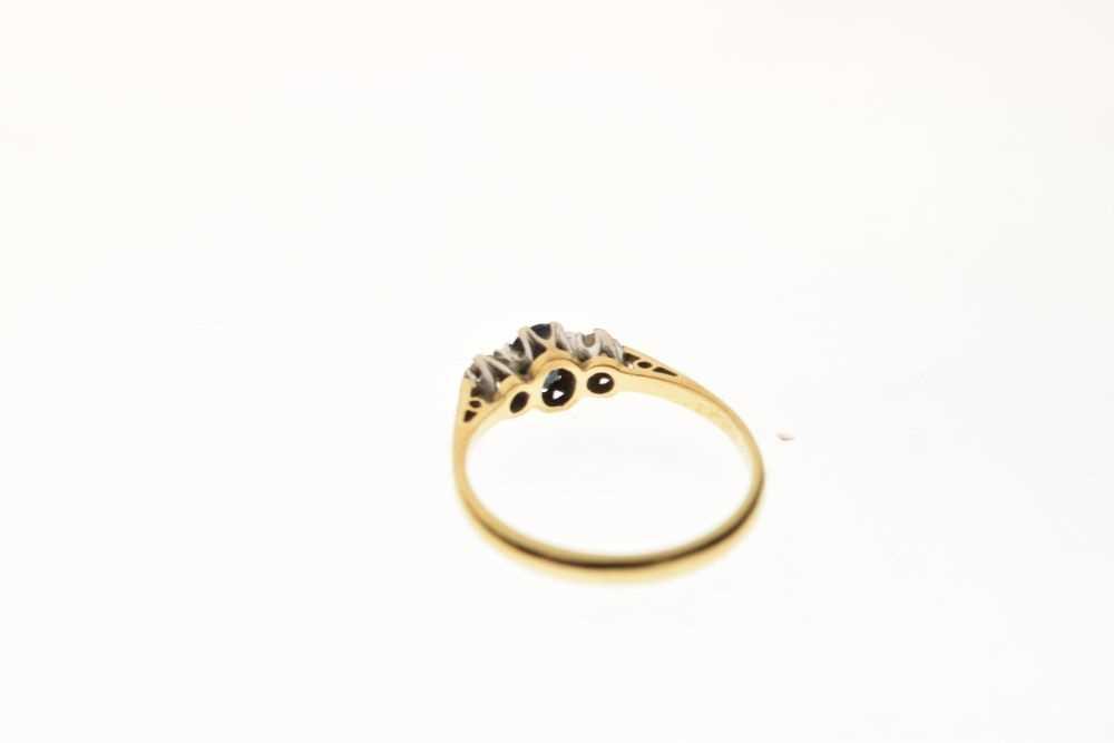 18ct gold three-stone ring - Image 4 of 6