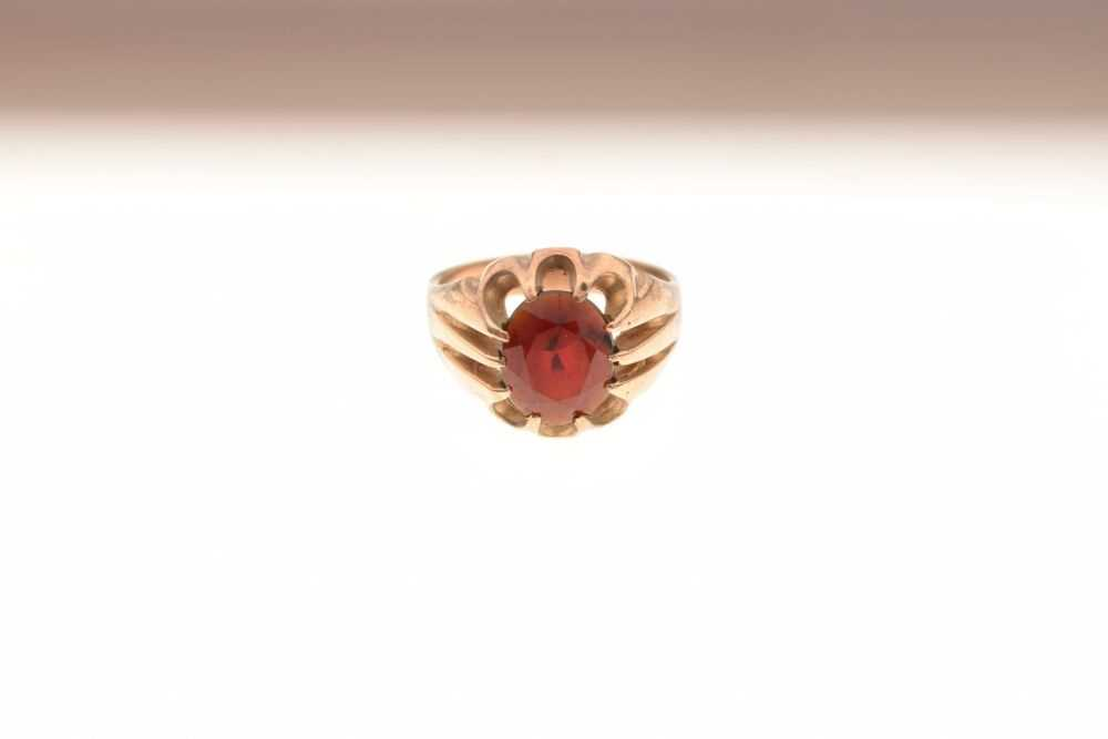 Gentleman's 9ct gold dress ring set faceted red stone, 7.2 g - Image 2 of 6