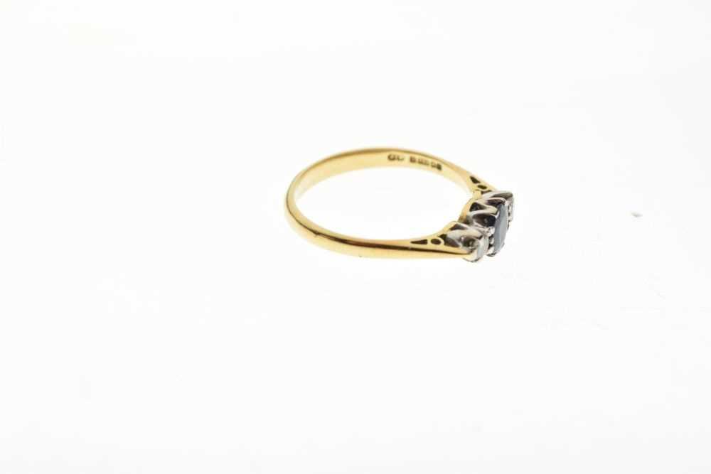 18ct gold three-stone ring - Image 5 of 6
