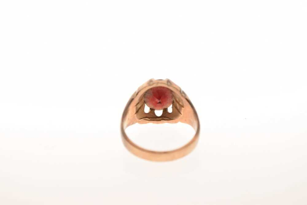 Gentleman's 9ct gold dress ring set faceted red stone, 7.2 g - Image 6 of 6