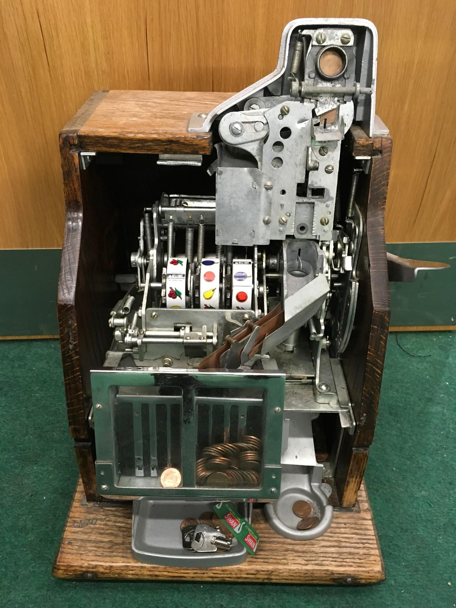 Mills Slot Machine (Q.T). Works on 1 cent or 6d coin. Good Condition. - Image 2 of 2