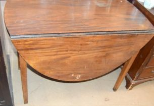 Mahogany drop leaf gate leg table on tapered supports 75x90x45cm,opened 75x90x125cm
