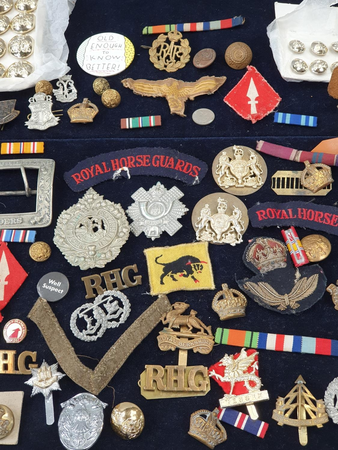 A collection of military pin badges, fabric badges, buttons etc. - Image 3 of 7