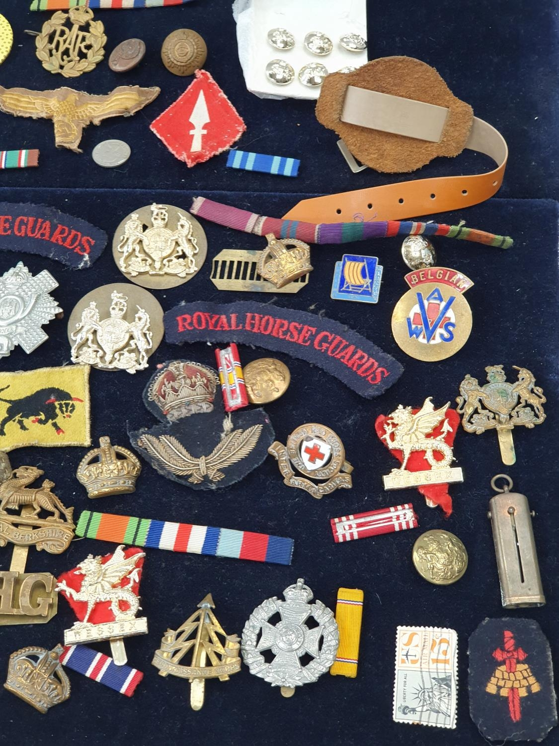 A collection of military pin badges, fabric badges, buttons etc. - Image 4 of 7