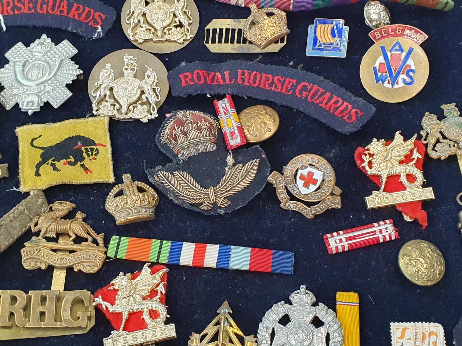 A collection of military pin badges, fabric badges, buttons etc. - Image 6 of 7
