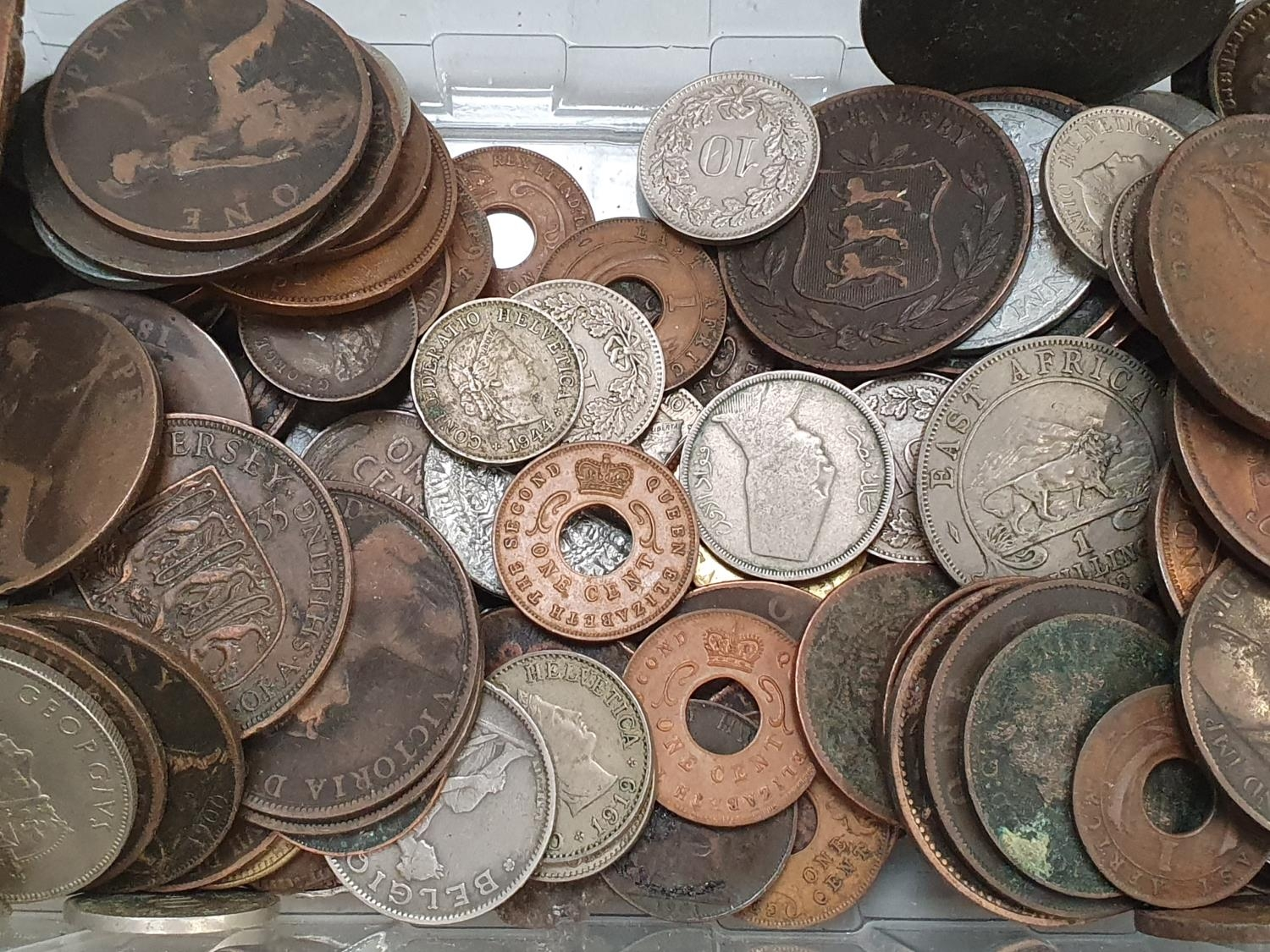 Clear plastic tub of various coinage. - Image 4 of 4